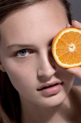 Portakal  C vitamini ve folat içerir. Aynı zamanda, sadece suyunu içmek yerine, meyveyi de yerseniz, içinde bulunan liften de faydalanmış olursunuz.